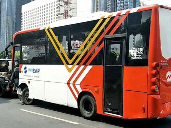 Minibus Transjakarta Rute Blok M-Stasiun Manggarai Terguling di Jalan Gatot Subroto