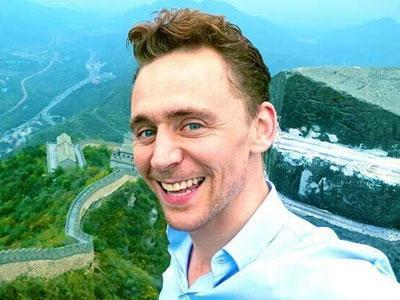 Simak Lucunya Tom Hiddleston Bawakan Tarian 'Bar Bar Bar'!