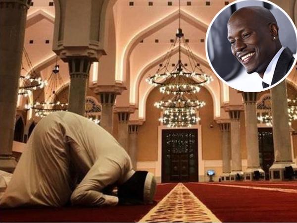 Sujud di Masjid Agung, Aktor 'Fast & Furious' Ini Benar-Benar Masuk Islam?