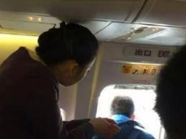 Bosan dan Butuh Udara Segar, Penumpang Ini Nekat Buka Pintu Darurat Pesawat!