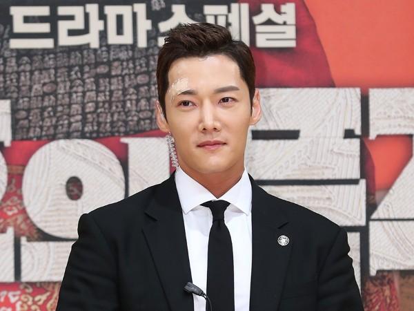 Choi Jin Hyuk Hadiri Jumpa Pers Drama 'The Last Empress' dengan Pelipis Diplester