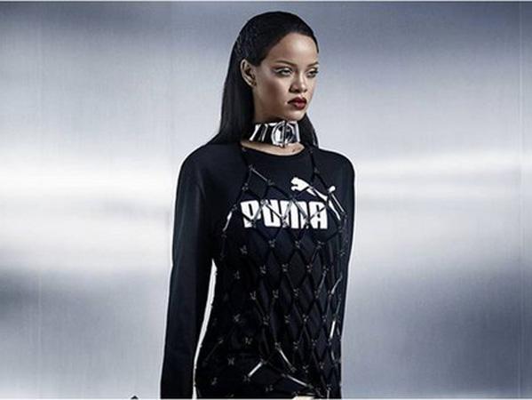 Unik, Rihanna Luncurkan Produk Sandal Jepit Hak Tinggi