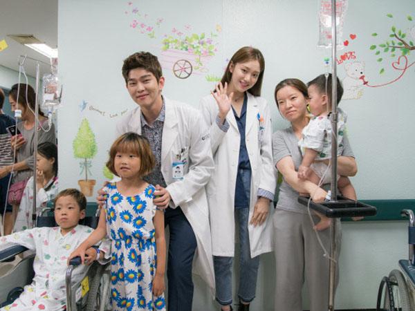Tepati Janji, Lee Sung Kyung dan Yoon Kyun Sang Beri Pelukan Gratis di Lokasi Syuting 'Doctors'