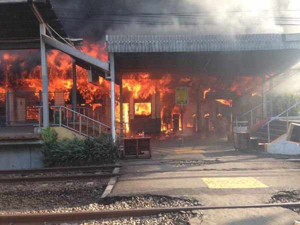 Kebakaran di Stasiun Klender Pagi Ini Hanguskan 10 Ruangan