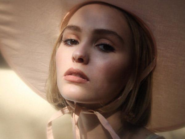 Debut Sebagai Model Lewat Pemotretan Majalah, Cantiknya Puteri Johnny Depp, Lily-Rose
