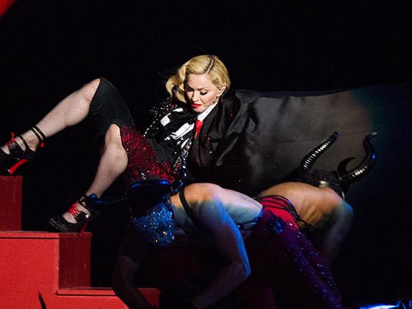 Madonna Jatuh di Panggung Karena Jubah Buatannya, Ini Kata Giorgio Armani