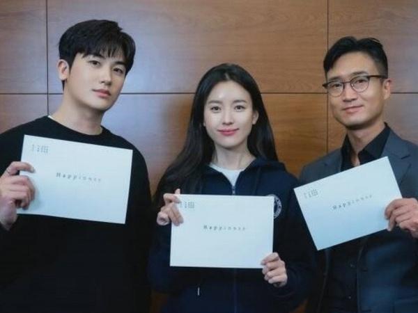 Siap-Siap, Drama 'Happiness' Bagikan Foto Park Hyung Sik dan Han Hyo Joo Baca Naskah
