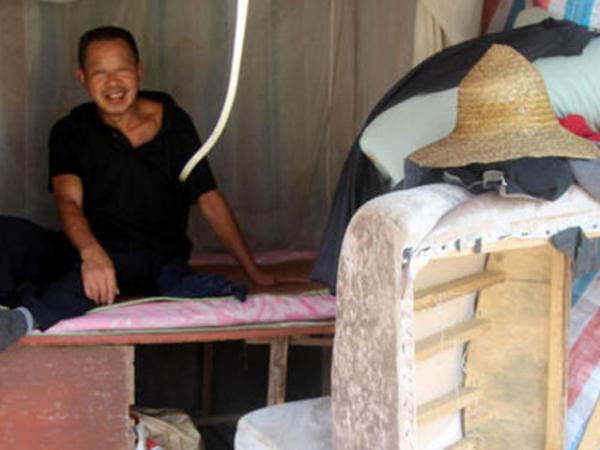 Pria Ini Rela Tinggal di Kolong Jembatan Demi Belikan Berlian Untuk Istrinya!