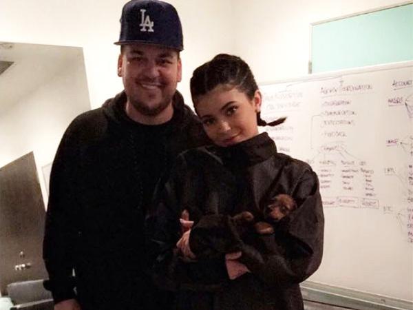 Bertengkar Hebat, Rob Kardashian Sebarkan Nomor Ponsel Asli Kylie Jenner di Twitter!