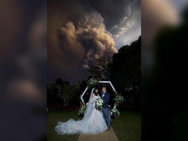 Pernikahan Dramatis di Filipina dengan Latar Belakang Gunung Meletus