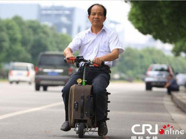 Tak Perlu Mobil atau Motor, Pria Ini Berkendara dengan Koper!