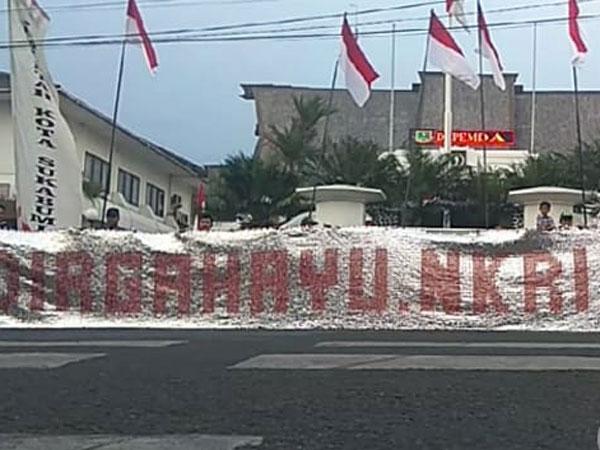 Peringati Kemerdekaan RI Ke 73, Sukabumi Buat Spanduk Dari 25 Ribu Bungkus Kopi!