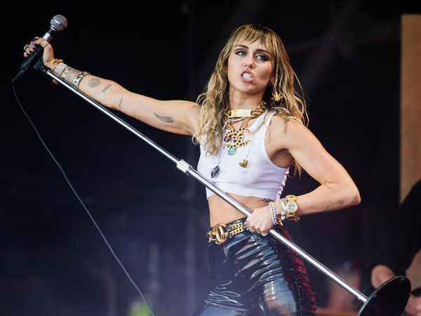 Miley Cyrus Rilis Lagu Baru 'Slide Away', Sindir Liam Hemsworth?