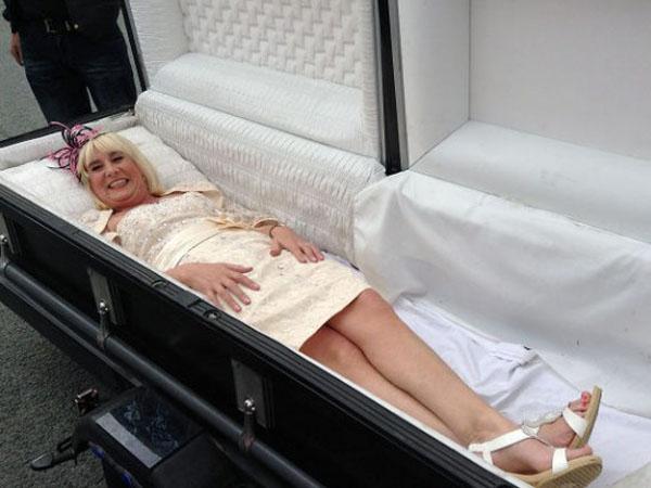 Menikah, Pengantin Wanita Ini Diantar dengan Peti Mati