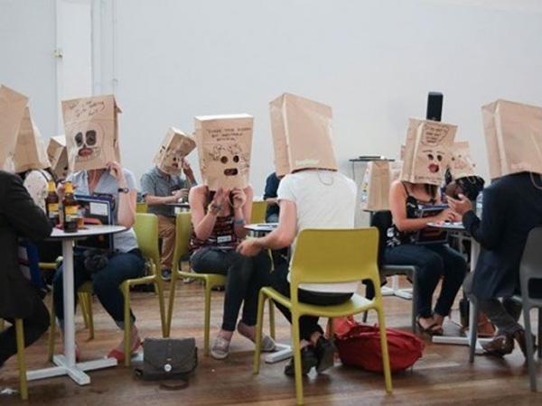 Cari Jodoh Sambil Tutupi Wajah dengan Paper Bag Kepala Kini Jadi Tren!