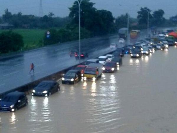 Hujan Deras, Tol Cikampek Kebanjiran dan Sulit Dilalui Kendaraan
