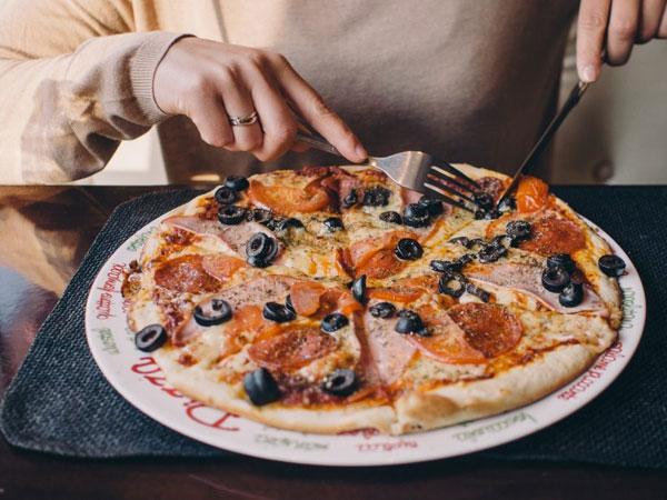 Punya Pizza Sisa Semalam, Ini Trik Memanaskannya Agar Kembali Renyah