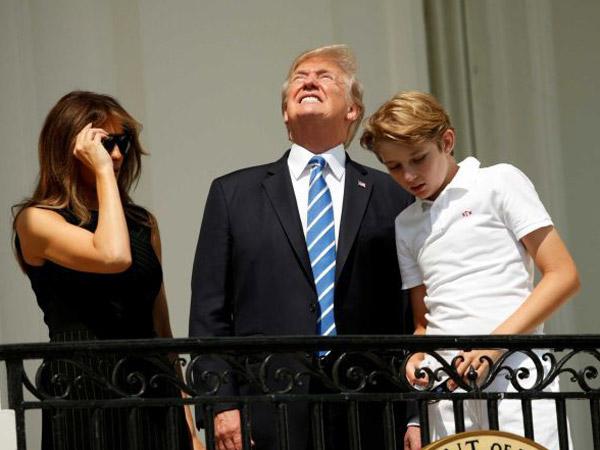 Gaya Trump Diteriaki Ajudan Ketika Nekat Melihat Gerhana Matahari dengan Mata Telanjang