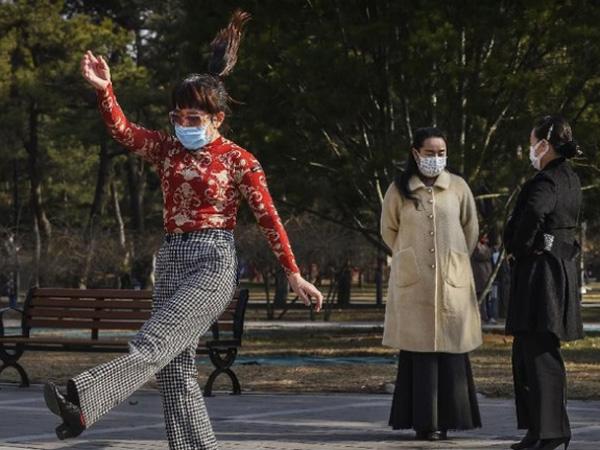 'Wuhan Shake', Cara Baru Warga Cina Bersalaman Di Tengah Wabah Virus Corona