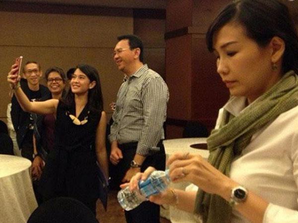 Ahok Diajak Selfie Dian Sastro, Ekspresi Istrinya Bikin Heboh Netizen!