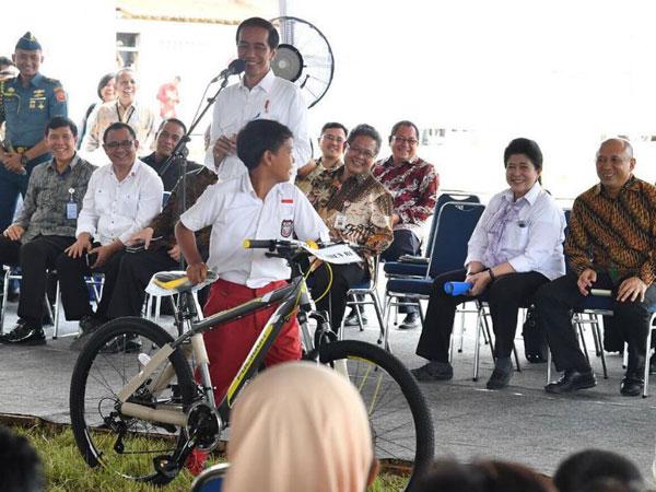 Begini Keisengan Presiden Jokowi pada Warga yang Ingin Diberi Sepeda