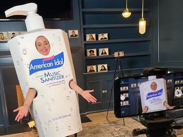 Syuting dari Rumah, Katy Perry Bergaya Pakai Kostum Hand Sanitizer