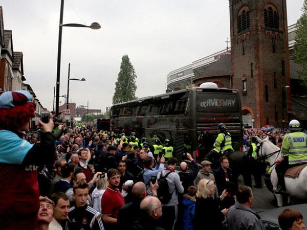 Bus Rombongan Manchester United Diserang Anarkis Oleh Fans West Ham!
