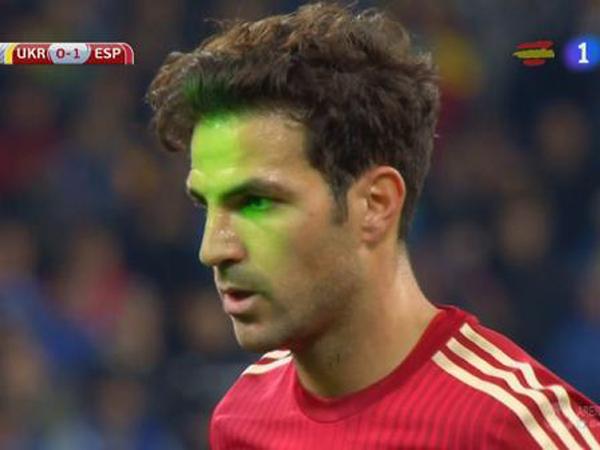 Terganggu Laser dari Penonton, Fabregas Gagal Eksekusi Tendangan Penalti
