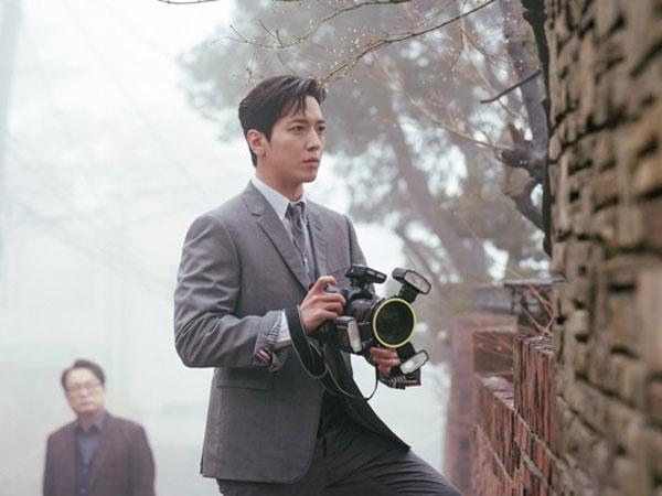 Penampilan Jung Yong Hwa Jadi Penipu Ulung di Drama Daebak Real Estate
