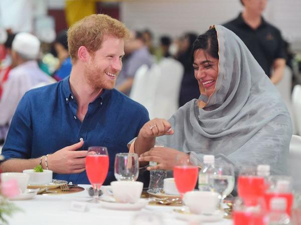 Begini Momen Saat Pangeran Harry Buka Puasa Bersama Komunitas Muslim di Singapura
