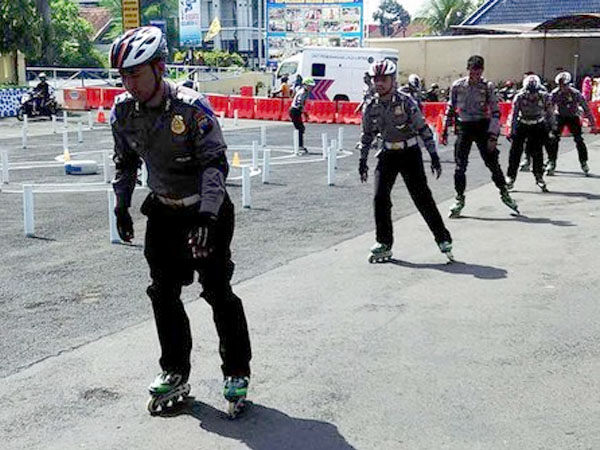 Antisipasi Kemacetan, Polisi Bersepatu Roda Siap Amankan Natal dan Tahun Baru 2016!
