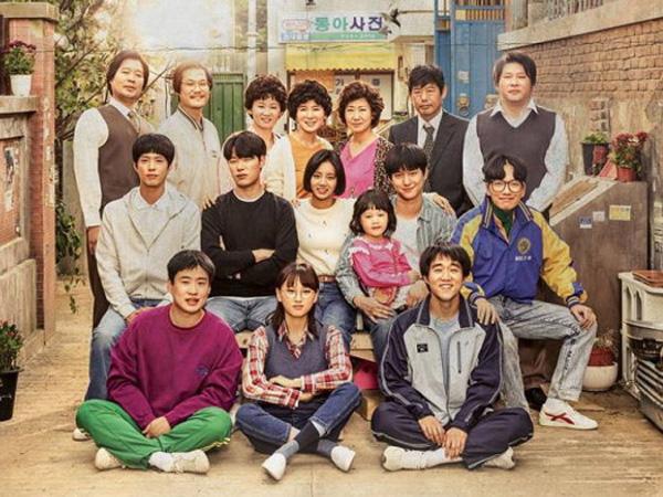 Para Pemeran Drama 'Reply 1988'  Tunjukan Gaya 'Jadul' Dalam Poster Terbaru!