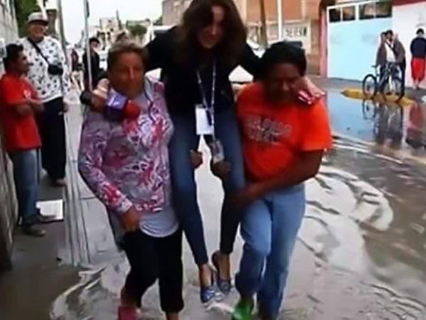Reporter Ini Dipecat Gara-gara Digendong Saat Liputan Banjir