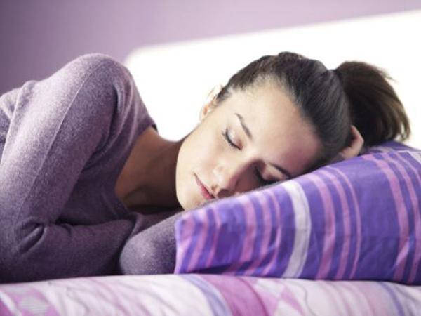 Beberapa Dampak Buruk Tidur Miring, Salah Satunya Bisa Ubah Bentuk Payudara?