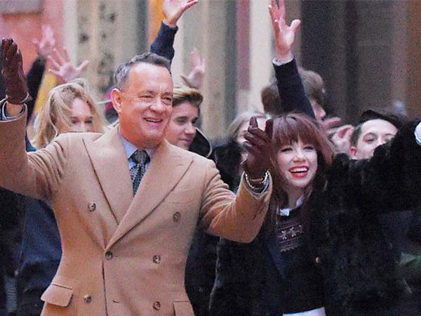 Tom Hanks Sempat Enggan Akting Menari di MV Terbaru Carly Rae Jepsen?