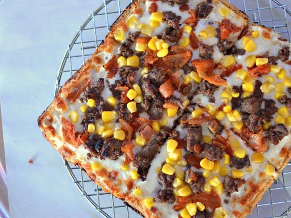 Gabungkan Dua Makanan, Restoran Ini Suguhkan Menu Waffle Pizza