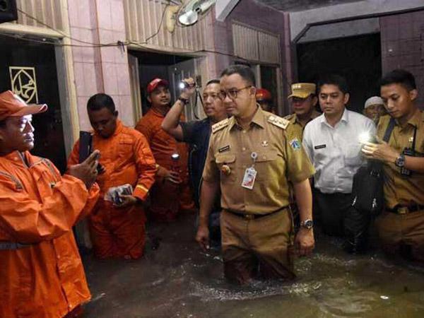 Gaya 'Nyemplung' Anies Ungkap Penyebab Banjir Jakarta yang Jadi Viral