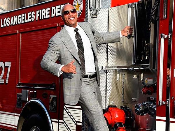 Dwayne 'The Rock' Johnson Naik Truk Pemadam Kebakaran ke Lokasi Premier 'San Andreas'!