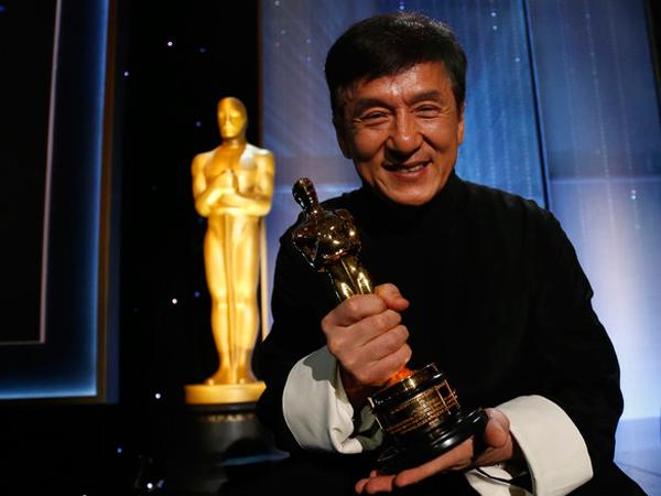 Beri 'Speech' Haru dan Kocak, Ini Penantian 50 Tahun Jackie Chan Dapatkan Piala Emas Oscar!