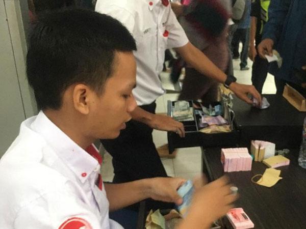 Cara Petugas Stasiun Pondok Cina Buat Antrian Tiket Kertas Hanya Semenit