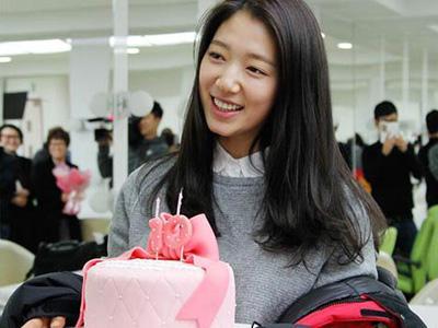 Park Shin Hye Rayakan 10 Tahun Debut Bersama Kang Ha Neul dan Staf 'The Heirs'