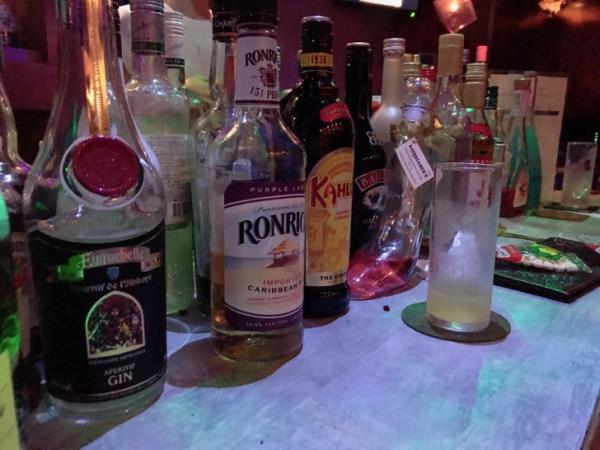 Salah Satu Bar di Jepang Wajibkan Pengunjung Untuk Datang Sendirian, Ada Apa?