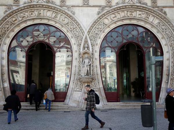 Gara-Gara Selfie, Seorang Pemuda Hancurkan Patung Raja Ratusan Tahun Hingga Hancur