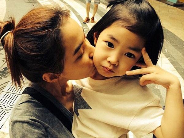 Lucunya Haru Saat Cemburu Lihat Kedekatan Sang Ibu dengan Aktris Cilik Lee Ran