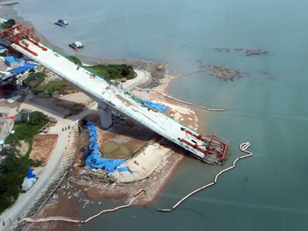 Diduga Kelebihan Berat, Jembatan yang Sedang Dibangun di Korsel Ini Ambruk!