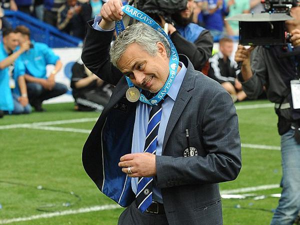 Juara Liga Inggris, Jose Mourinho Kembali Berikan Medalinya untuk Orang Lain