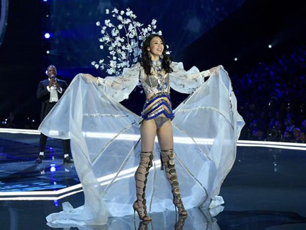 Ming Xi, Model Asal China yang Ungkap Kesedihannya Terjatuh di Fashion Show Victoria's Secret