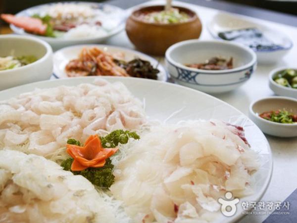 Nikmati Sajian Laut Lezat Ditemani Pemandangan Cantik Pantai Busan di Restoran Donbaekseom Hoetjip