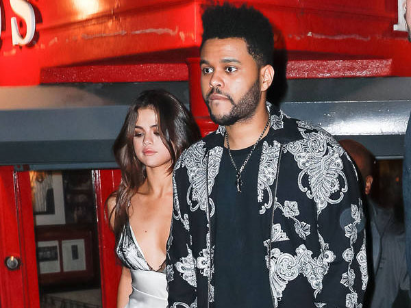 Kencan Bareng The Weeknd, Selena Gomez Pakai Gaun Seksi Transparan