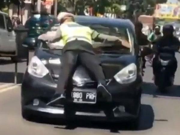 Buka-bukaan Polisi yang Viral Karena 'Nempel' di Kaca Mobil Pengemudi yang Ditilangnya